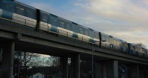 Stockholm-U-Bahn, die vorbei auf eine Brücke bei Sonnenuntergang überschreitet stock video footage