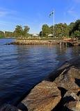 Stockholm, Vaxholm-Eiland, Zweden - Overzeese kust in stad van Vaxholm Royalty-vrije Stock Afbeeldingen