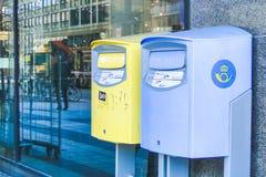 STOCKHOLM, ZWEDEN - BRENG 21, 2013 - Blauwe en gele brievenbussen in Stockholm, Zweden in de war royalty-vrije stock afbeelding