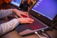 Stockholm, Zweden: 21 februari, 2017 - Vrouwelijke programmeur die aan haar laptop werken Stock Afbeelding