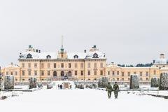 STOCKHOLM, ZWEDEN - JANUARI 7, 2017: Mening over het Paleis en het park van Drottningholm op de winterdag Huiswoonplaats van Zwee Stock Afbeelding