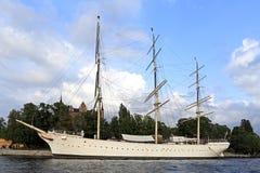 Stockholm/Zweden - 2013/08/01: Skeppsholmeneiland - jacht ser Royalty-vrije Stock Foto
