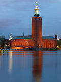 StockholmRathaus nachts im Sommer Stockfoto