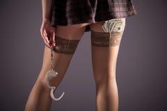 Stockinged Beine mit den Handschellen und den Dollar Lizenzfreie Stockbilder