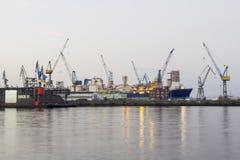 Stocznia z statkami i żurawiami Obrazy Stock