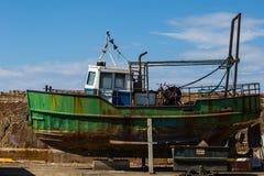 Stocznia - Zielona łódź rybacka Fotografia Royalty Free
