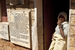 Stod kvinnor i en dörröppning, Etiopien Royaltyfri Bild