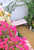 Stoel in de tuin Stock Afbeelding