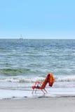 Stoel door de kust stock fotografie