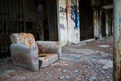 Stoel in een verlaten spookstad Royalty-vrije Stock Afbeeldingen