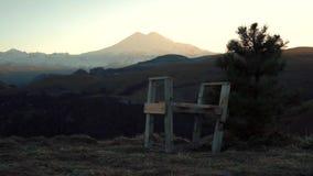 Stoel en boom in de bergen stock video
