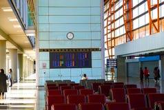 Stoel en lijst in luchthaven voor het wachten royalty-vrije stock afbeeldingen
