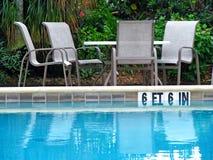 Stoel en lijsten door pool royalty-vrije stock afbeeldingen