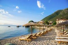 Stoel en paraplu op het strand Stock Fotografie