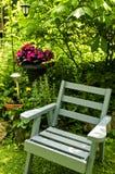 Stoel in groene tuin Stock Fotografie