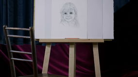 Stoel met meisje op canvas wordt getrokken dat stock footage