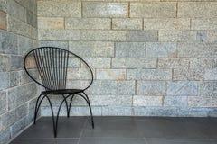 Stoel met ruimte met brickwall op de achtergrond royalty-vrije stock fotografie