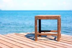 Stoel op het houten dek door het overzees royalty-vrije stock fotografie