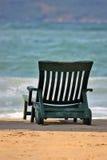 Stoel op het strand stock foto
