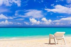 Stoel op tropisch strand royalty-vrije stock fotografie