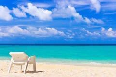 Stoel op tropisch strand Stock Foto's