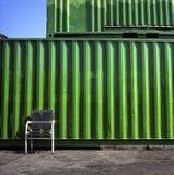Stoel tegen container. Stock Foto