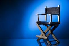 De stoel van de directeur op een dramatische aangestoken achtergrond Stock Foto