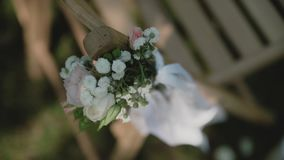 Stoelen bij een huwelijksceremonie/Verfraaid met bloemstukken Plaats voor een huwelijksceremonie stock video