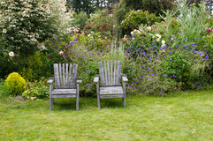 Stoelen in de tuin Royalty-vrije Stock Foto