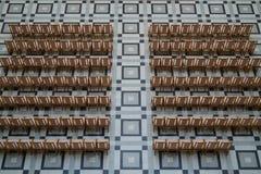 Stoelen in de Universitaire Montagehal Stock Afbeelding