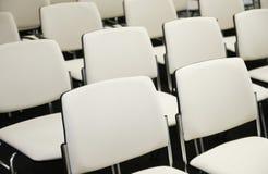 Stoelen in een Conferentiezaal Royalty-vrije Stock Foto's