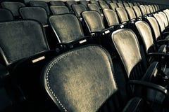 Stoelen in een oud theater royalty-vrije stock afbeelding