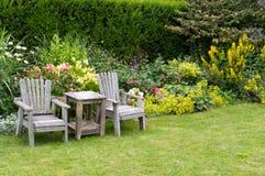 Stoelen en lijst in de tuin Royalty-vrije Stock Foto's
