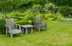 Stoelen en lijst in de tuin Royalty-vrije Stock Fotografie