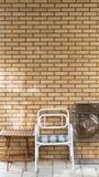 Stoelen en lijst voor een bakstenen muur Royalty-vrije Stock Afbeelding