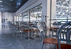 stoelen en lijsten in fastfood koffie Royalty-vrije Stock Afbeeldingen