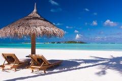 Stoelen en paraplu op een strand Royalty-vrije Stock Foto's