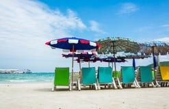 Stoelen en paraplu op het strand Stock Afbeeldingen
