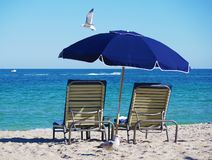 Stoelen en paraplu op het strand royalty-vrije stock fotografie