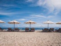 Stoelen en paraplu op het strand royalty-vrije stock afbeelding