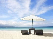Stoelen en paraplu op strand royalty-vrije stock fotografie
