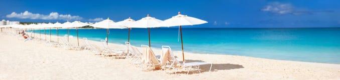 Panorama van een mooi Caraïbisch strand stock afbeelding