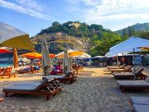 Stoelen en paraplu's op strand Royalty-vrije Stock Foto