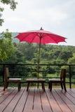 Stoelen en rode paraplu Royalty-vrije Stock Foto's