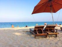 Stoelen en rode paraplu op strand Royalty-vrije Stock Afbeelding