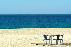 Stoelen in het strand stock afbeelding
