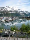 Stoelen met de mening van Whittier-haven in Alaska Royalty-vrije Stock Foto's