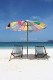stoelen met paraplu Stock Afbeeldingen