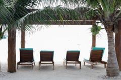 Stoelen op het strand voor het ontspannen Royalty-vrije Stock Fotografie
