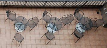 Stoelen op het Terras van het Hotel Stock Afbeeldingen